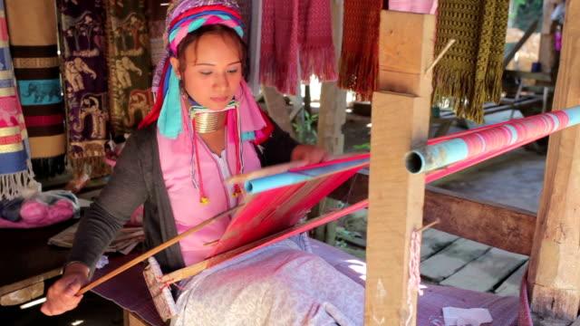 vídeos y material grabado en eventos de stock de mujer usando los anillos metálicos tradicionales alrededor de su cuello - cuello humano