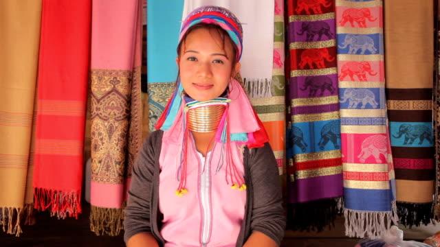 女性が着て、伝統的なメタルリング。首周り - 民族衣装点の映像素材/bロール