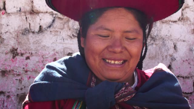 woman wearing traditional hat in chinchero, peru - cappello video stock e b–roll