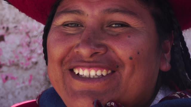 チンチェロ, ペルーの伝統的な帽子をかぶっている女性 - ペルー人点の映像素材/bロール