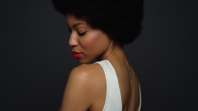 vídeos de stock e filmes b-roll de  woman wearing white gown looking over shoulder - vestido branco