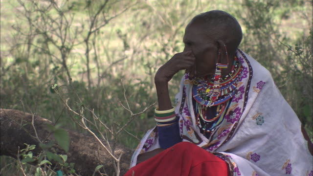 vidéos et rushes de a woman wears colorful jewelry in kenya. - châle