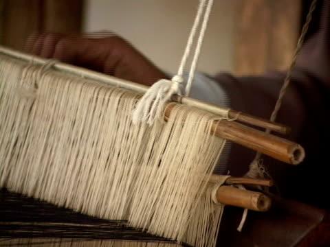 vídeos de stock, filmes e b-roll de cu, woman weaving, close-up of hands, luang prabang, laos - cultura indígena