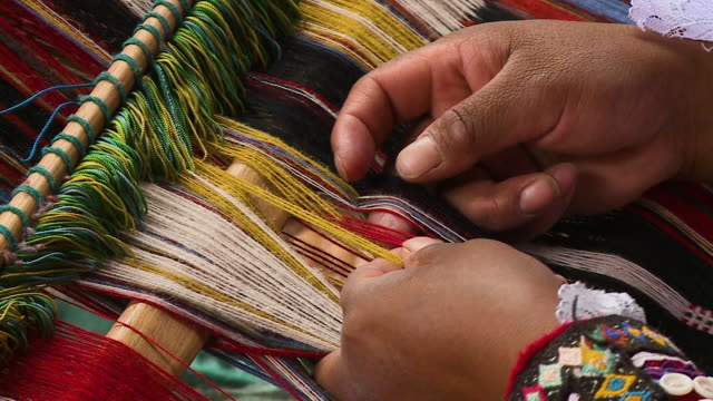 vidéos et rushes de a woman weaving on a handloom, andes, peru - tisser