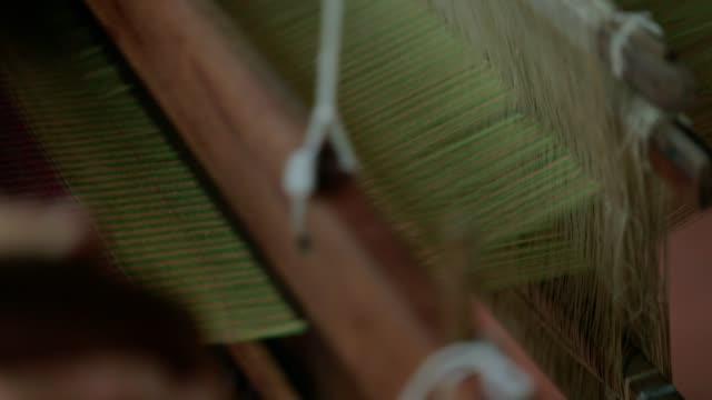 Frau, Weben von Seide auf traditionelle Weise an manuellen Webstuhl in Thailand, Slow-motion