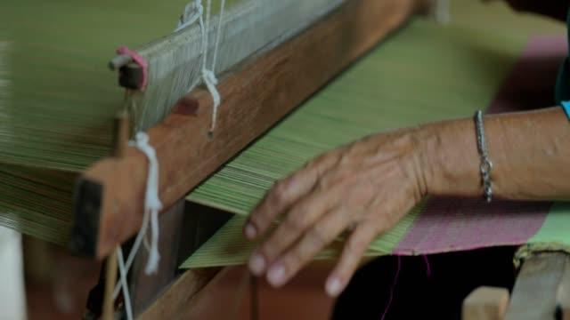 kvinnan väva silke på traditionellt sätt vid manuell vävstol i thailand, slow motion - maya bildbanksvideor och videomaterial från bakom kulisserna