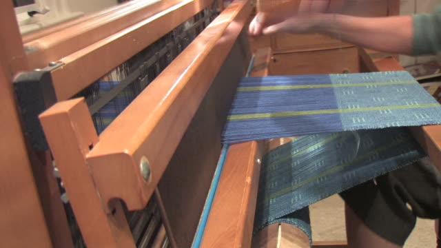 hd donna tessere con telaio 1 - lavorare a maglia video stock e b–roll