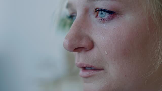 vidéos et rushes de slo mo femme pleurant dans la tristesse et le chagrin - trentenaire