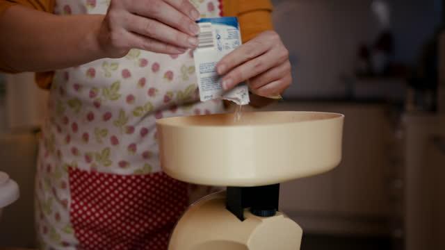 婦女稱量麵粉的規模 - 少於10秒 個影片檔及 b 捲影像