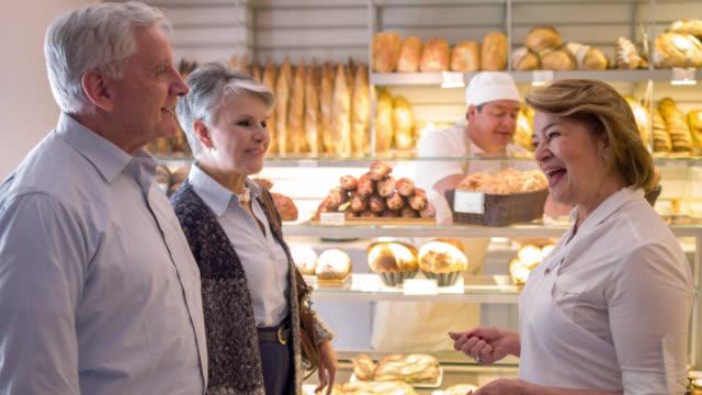 Frau begrüßen Kunden zum Bäcker