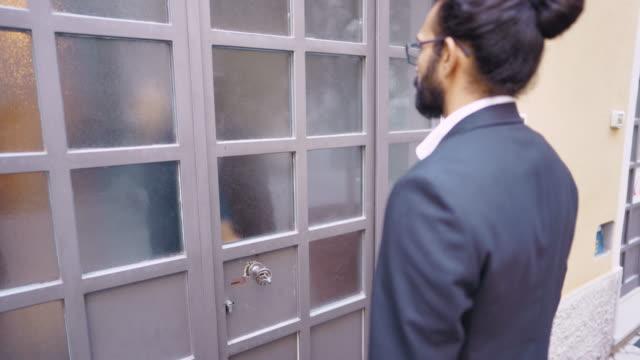 金融アドバイザーを歓迎する女性 - 前にいる点の映像素材/bロール