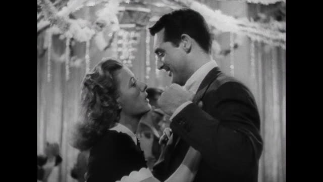 vidéos et rushes de 1941 woman (irene dunne), while listening to music, remembers a happy moment dancing with man (cary grant) - platine de disque vinyle