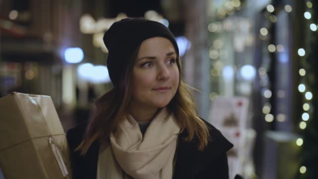 vídeos de stock, filmes e b-roll de vitrine de mulher durante as férias de natal - cultura sueca