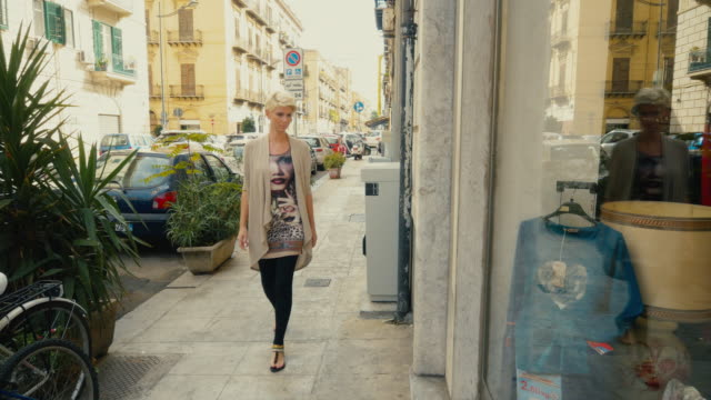 WS-Frau Schaufensterbummel in Palermo