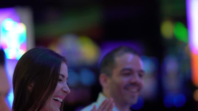 vídeos y material grabado en eventos de stock de mujer ganar en la tragaperras y dando un alta cinco a su novio - máquina con ranura