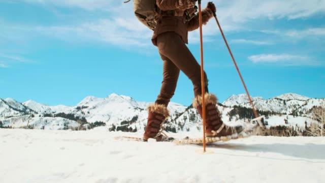 vídeos y material grabado en eventos de stock de mujer invierno snowshoeing explorer - abrigo de invierno