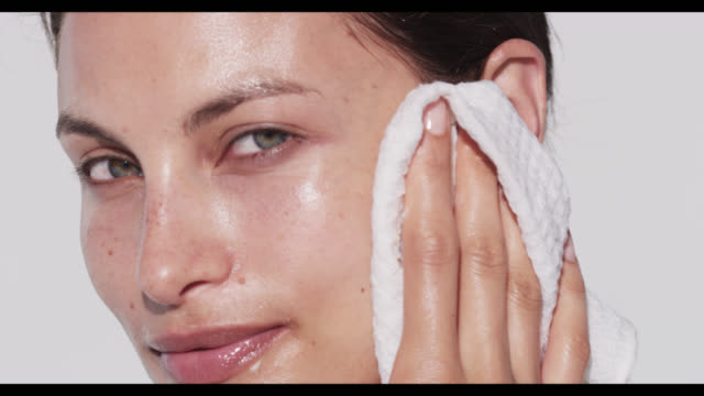 vidéos et rushes de woman wipes off cleanser with cloth - trentenaire