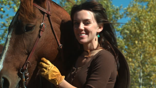 woman with a horse - altri spezzoni di questa ripresa 1139 video stock e b–roll