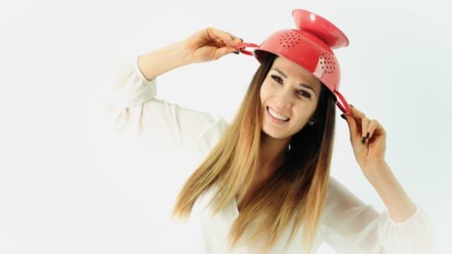 Frau mit einem roten Sieb auf dem Kopf