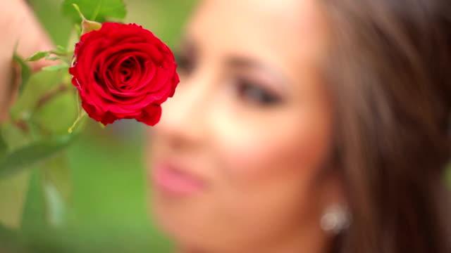 vídeos y material grabado en eventos de stock de mujer con rosa - una rosa