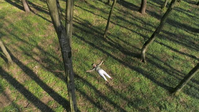 Luchtfoto vrouw met een kroon op haar hoofd liggen in een forest
