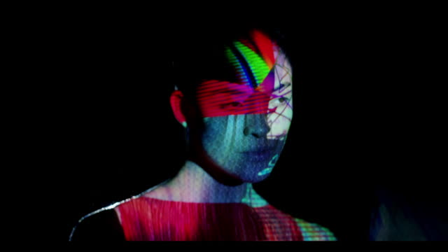 vídeos de stock, filmes e b-roll de woman with abstract shapes projected on her face - desaparecer gradualmente