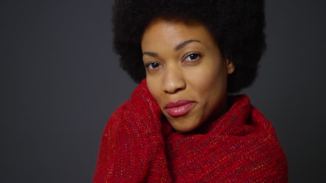 vídeos de stock e filmes b-roll de woman with afro wearing red shawl - shawl