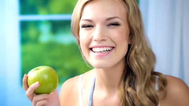HD 1080 @29,97: Frau mit Apfel und Maßnahme Klebeband, Innenbereich