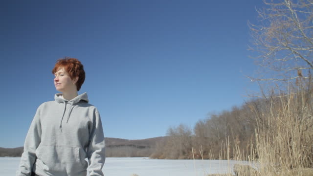 vidéos et rushes de ms pan woman with arms outstretched by frozen lake / glen gardner, new jersey, usa - 35 39 ans