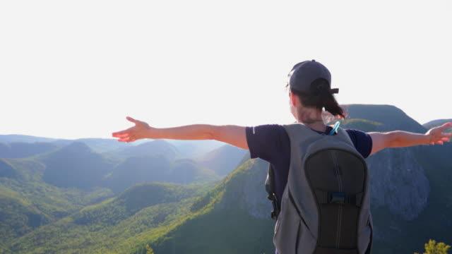 vídeos de stock e filmes b-roll de woman with arms raised hiking to mountain peak at parc national des grands-jardins, quebec, canada - membro humano