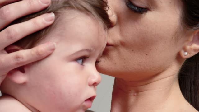vídeos y material grabado en eventos de stock de woman with baby - 6 11 months
