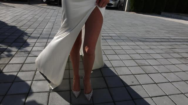 vídeos de stock, filmes e b-roll de mulher com os pés bonitos que andam em saltos elevados - bride