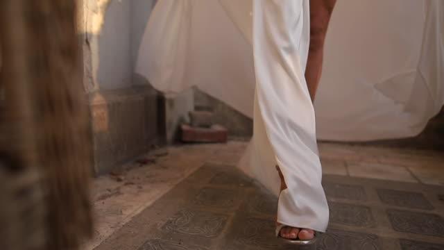 ハイヒールを歩く美しい脚を持つ女性 - ドレス点の映像素材/bロール