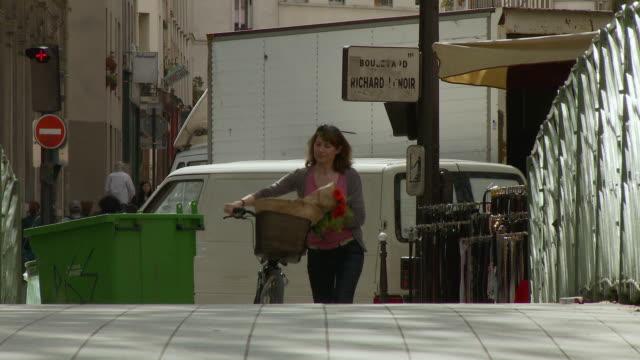 vídeos de stock, filmes e b-roll de ms tu pan woman with bicycle leaving bastille market, boulevard richard lenoir, paris, france - bastille