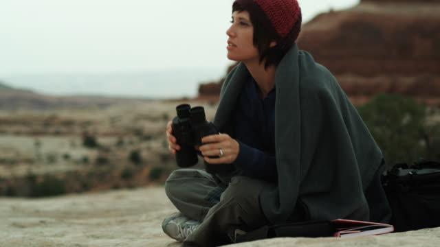 vídeos y material grabado en eventos de stock de woman with binoculars in the desert - camisa con capucha