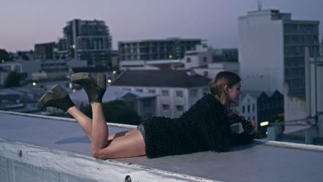 Donna con il binocolo sul tetto