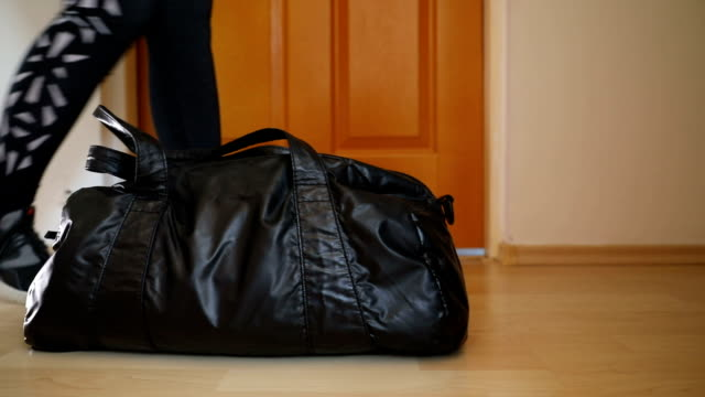 vídeos de stock e filmes b-roll de woman with black leather bag - mulher bonita