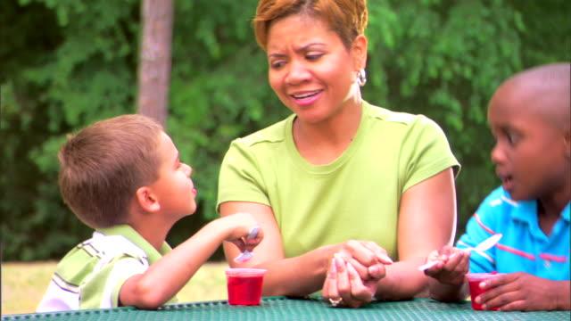 woman with boys eating gelatin dessert - この撮影のクリップをもっと見る 1278点の映像素材/bロール