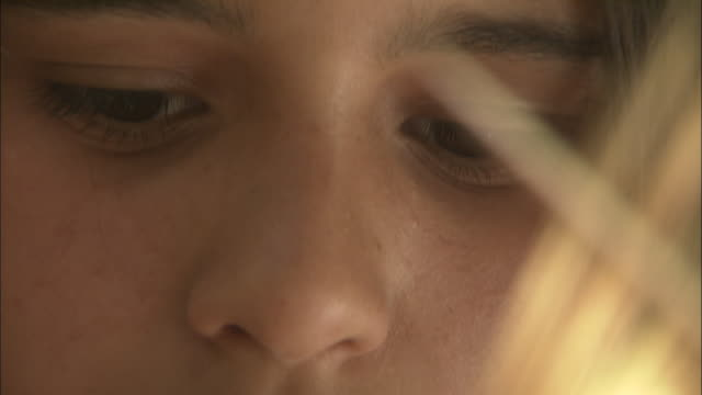 vídeos de stock e filmes b-roll de a woman with brown eyes looks downward. - lábio