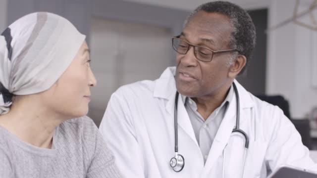癌を持つ女性は医師とテスト結果をレビューします。 - 悪性腫瘍点の映像素材/bロール