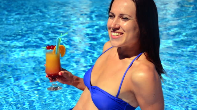 woman with cocktail in the pool - 20 29 years stock videos & royalty-free footage