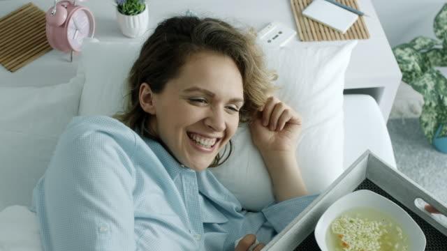 Frau mit Kälte immer warme Suppe