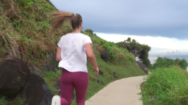 vídeos de stock e filmes b-roll de woman with diabetes running outdoors - diabetes