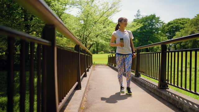 自然の中を歩く運動マットを持つ女性 - positive emotion点の映像素材/bロール