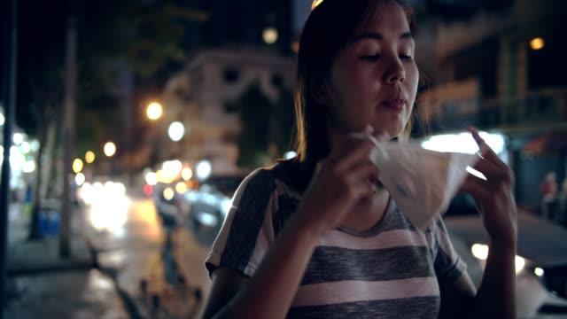 frau mit maske gesichtsschutz von luftverschmutzung in der nacht - einzelne frau über 30 stock-videos und b-roll-filmmaterial