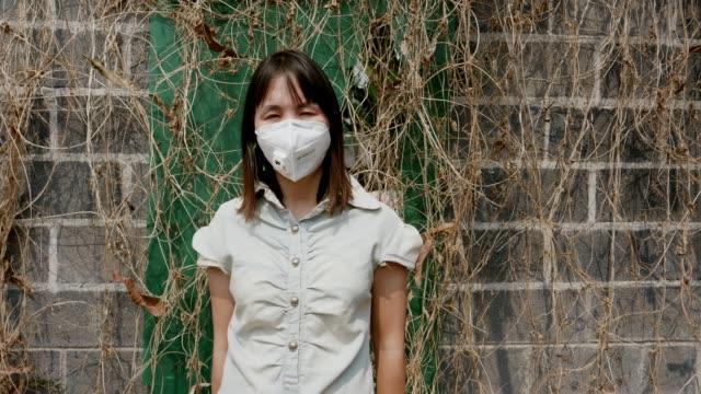 vídeos de stock e filmes b-roll de woman with face mask protection from air pollution - trabalhadora de colarinho branco
