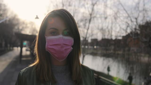 vídeos de stock e filmes b-roll de woman with face protective mask - máscara cirúrgica