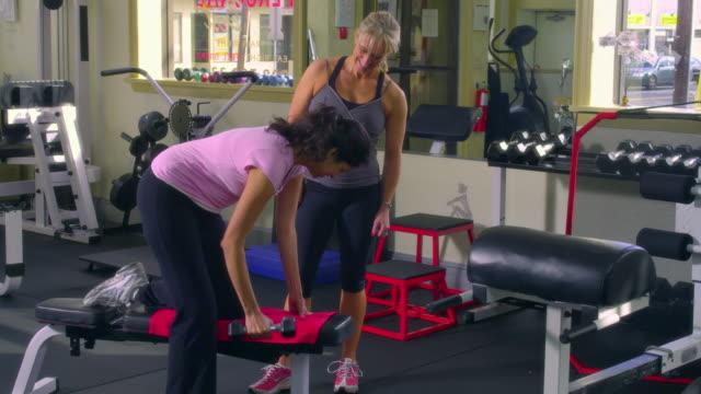 vídeos y material grabado en eventos de stock de ws, woman with female trainer exercising in gym, garwood, new jersey, usa - menos de diez segundos