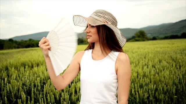 Vrouw met opvouwbare fan. Slow motion