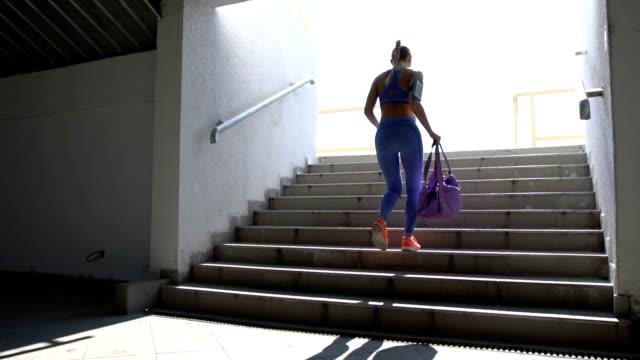 vidéos et rushes de femme avec sac de sport - vêtement de sport